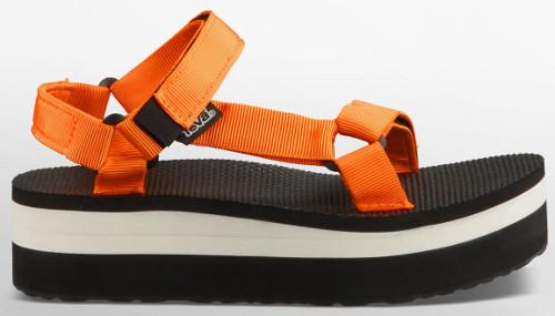 Teva heeft sandalen uit de originele Universal serie voorzien van blokzolen, deze serie is terug te vinden onder de naam flatform